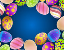 Fondo con los huevos de Pascua en el perímetro Imagen de archivo libre de regalías