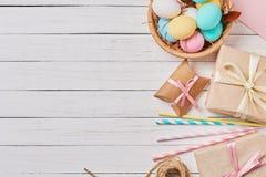 Fondo con los huevos de Pascua, las cajas de regalo y las decoraciones en una visión blanca, superior con el espacio de la copia fotografía de archivo libre de regalías