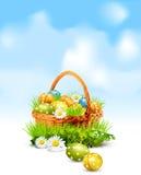 Fondo con los huevos de Pascua llenos de la cesta Imagenes de archivo