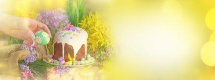 Fondo con los huevos, torta del día de fiesta de la naturaleza de Pascua de Pascua Fondo de oro de la luz del brillo del bokeh de Fotos de archivo