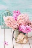 Fondo con los jacintos rosados en el florero, corazón decorativo Fotografía de archivo libre de regalías
