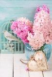 Fondo con los jacintos rosados frescos en florero y hea decorativo Foto de archivo