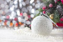 Fondo con los ornamentos de plata de la Navidad, foco suave de la Navidad Fotografía de archivo libre de regalías