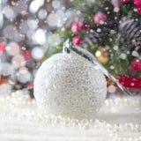 Fondo con los ornamentos de plata de la Navidad, foco suave de la Navidad Imagenes de archivo
