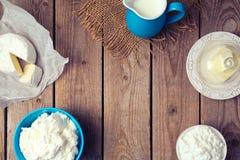 Fondo con los productos lácteos Foco en tablones de madera Visión desde arriba Fotografía de archivo libre de regalías