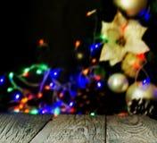 fondo con los tableros de madera y las decoraciones de la Navidad, foco borroso, selectivo Foto de archivo