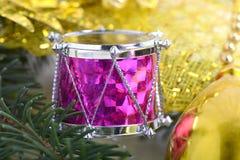 Fondo con los tambores, rama de árbol verde de la víspera, decoración de la Navidad del Año Nuevo Imagen de archivo