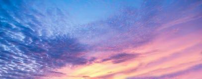 Fondo con magia delle nuvole e del cielo all'alba, alba, parte 7 di tramonto fotografia stock