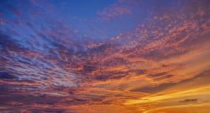 Fondo con magia delle nuvole e del cielo all'alba, alba, parte 8 di tramonto immagine stock