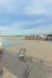 Fondo con marea baja de la puesta del sol de los barcos de pesca, Phuket, Fotos de archivo libres de regalías