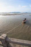 Fondo con marea baja de la puesta del sol de los barcos de pesca, Phuket, Imagen de archivo libre de regalías