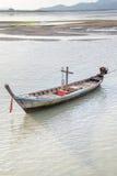 Fondo con marea baja de la puesta del sol de los barcos de pesca, Phuket, Fotos de archivo