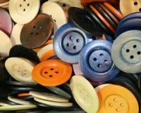 Fondo con molti bottoni rotondi nel deposito del sarto Immagine Stock