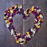 Fondo con un cuore dei petali rosa per il San Valentino Fotografia Stock