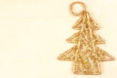 Fondo con un ?rbol de navidad en el oro Foto de archivo
