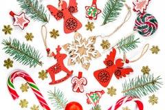 Fondo con un sombrero de santa, regalos, caramelo, decoraciones del Año Nuevo, juguetes, rama de la Navidad del árbol de Navidad  Fotografía de archivo libre de regalías