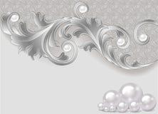 Fondo con una dispersión de perlas y de un ornamento de plata Foto de archivo libre de regalías