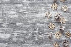 Fondo con una frontera de copos de nieve y del whi de madera decorativos Fotos de archivo