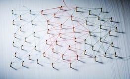 Fondo Concepto abstracto de red, medio social, Internet, trabajo en equipo, comunicación Clavos ligados juntos cerca foto de archivo