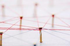 Fondo Concepto abstracto de red, medio social, Internet, trabajo en equipo, comunicación Clavos ligados juntos cerca fotografía de archivo libre de regalías