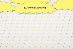Fondo concettuale, affare, finanza, investimento, le nuvole dorate e pioggia immagini stock libere da diritti