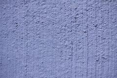 Fondo concreto lavato bianco rustico di struttura della parete dipinto nel colore blu - chiuda su fotografia stock libera da diritti