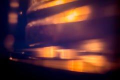 Fondo confuso scuro astratto con colore rosso ed arancio brillante fotografia stock libera da diritti