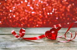 Fondo, corazón y cinta del día de fiesta del día del ` s de la tarjeta del día de San Valentín foto de archivo libre de regalías