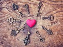 Fondo, corazón y llaves del extracto del día de tarjeta del día de San Valentín imagen de archivo libre de regalías