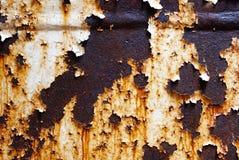 Fondo corroído del metal blanco Pared pintada blanco aherrumbrada del metal Fondo oxidado del metal con las rayas de la pintura d foto de archivo