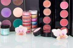 Fondo cosmético profesional determinado de las flores del maquillaje y de la orquídea imagen de archivo libre de regalías