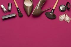 Fondo cosmetico delle donne di fascino nel colore rosa Fotografia Stock Libera da Diritti