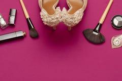 Fondo cosmetico delle donne di fascino nel colore rosa Fotografia Stock