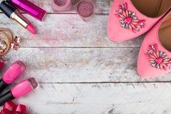 Fondo cosmetico femminile Spese generali degli oggetti delle donne di modo degli elementi essenziali Fotografia Stock Libera da Diritti
