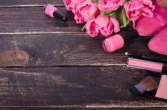 Fondo cosmetico femminile Spese generali degli oggetti delle donne di modo degli elementi essenziali Vista superiore Fotografie Stock Libere da Diritti