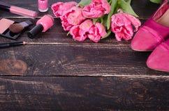 Fondo cosmetico femminile Spese generali degli oggetti delle donne di modo degli elementi essenziali Vista superiore Immagini Stock