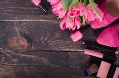 Fondo cosmetico femminile Spese generali degli oggetti delle donne di modo degli elementi essenziali Vista superiore Fotografia Stock