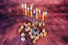 Fondo creativo de Jánuca del día de fiesta judío con el menorah Visión desde arriba del foco encendido Imagen de archivo libre de regalías