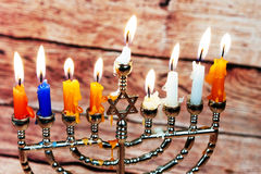 Fondo creativo de Jánuca del día de fiesta judío con el menorah Visión desde arriba del foco encendido Fotos de archivo libres de regalías