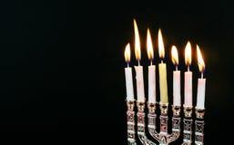Fondo creativo de Jánuca del día de fiesta judío con el menorah Visión desde arriba del foco encendido Foto de archivo