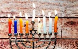 Fondo creativo de Jánuca del día de fiesta judío con el menorah Visión desde arriba del foco encendido Imágenes de archivo libres de regalías