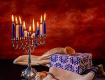 Fondo creativo de Jánuca del día de fiesta judío con el menorah Visión desde arriba del foco encendido Foto de archivo libre de regalías