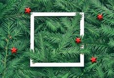 Fondo creativo de la rama del pino con el marco del Libro Blanco Concepto del Año Nuevo y de la Feliz Navidad Fotos de archivo
