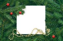 Fondo creativo de la rama del pino con la tarjeta del Libro Blanco Concepto del Año Nuevo y de la Feliz Navidad Fotografía de archivo