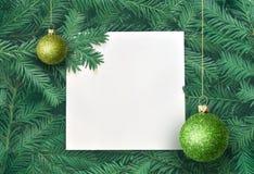 Fondo creativo de la rama del pino con la tarjeta del Libro Blanco Concepto del Año Nuevo y de la Feliz Navidad Foto de archivo