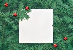 Fondo creativo de la rama del pino con la tarjeta del Libro Blanco Concepto del Año Nuevo y de la Feliz Navidad Imágenes de archivo libres de regalías