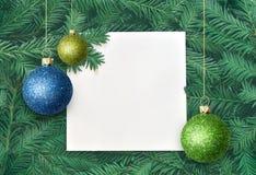 Fondo creativo de la rama del pino con la tarjeta del Libro Blanco Concepto del Año Nuevo y de la Feliz Navidad Foto de archivo libre de regalías
