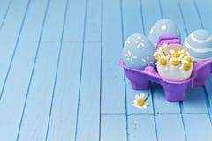 Fondo creativo del día de fiesta de Pascua con los huevos pintados Foto de archivo