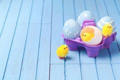 Fondo creativo del día de fiesta de Pascua con los huevos pintados Imagen de archivo