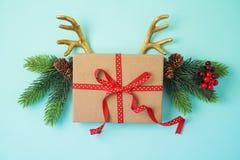 Fondo creativo di Natale con i corni del contenitore e della renna di regalo immagine stock